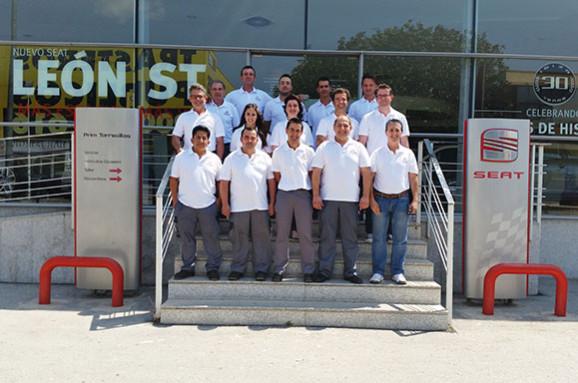 Foto conmemorativa plantilla Seat Prim Torrecillas Premio Liderazgo Posventa 2014